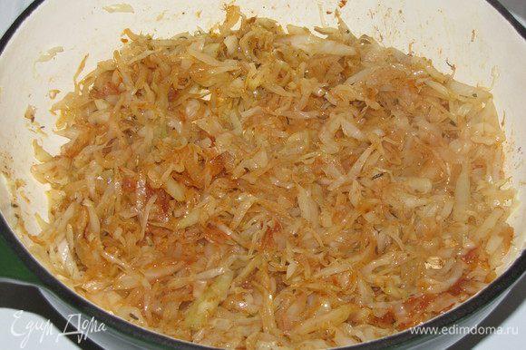 Добавить томатную пасту, перемешать и подержать на огне еще 5 минут.