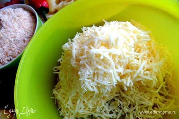 Для штрейзеля натереть сыр мелко.