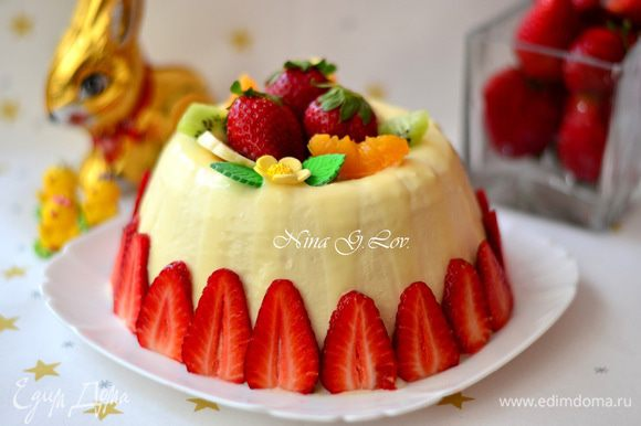 Можно залить верхушку белым шоколадом, серединку засыпать фруктами, украсить также фруктами и бока.