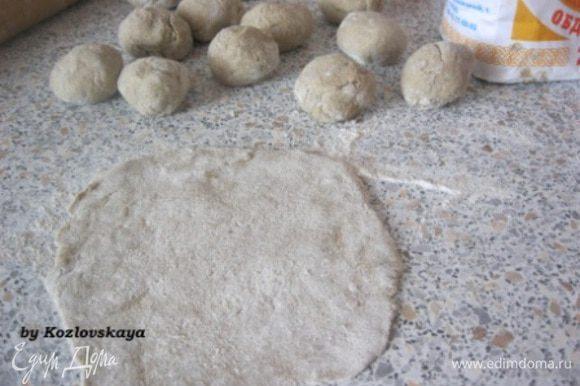 Из теста сформировать 12 частей. Каждую часть раскатать в круглую лепешку. Раскатывать тесто лучше на хорошо присыпанной мукой поверхности.