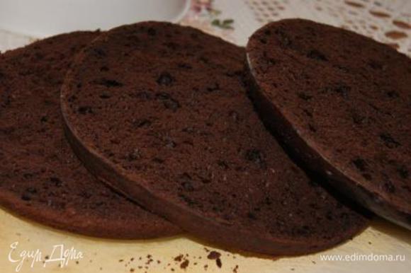 Бисквит разделить на три коржа.