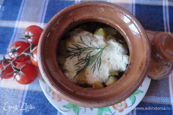 Ушное достать из духовки, снять крышки, добавить сметану и без крышки поставить на 5 минут в духовку. Подавать с зеленью и салатом из свежих овощей.