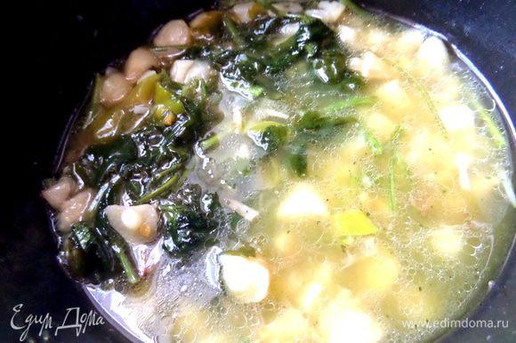 Суп уже сварен, чеснок в нём мягкий.