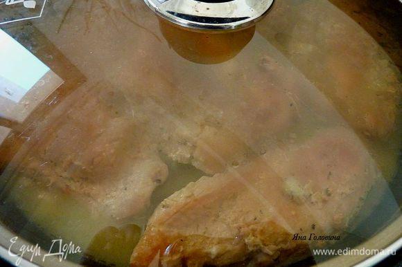На большой сковороде разогреть масло на средним огне обжарить грудки по 6 - 7 минут с каждой стороны. Накрыть крышкой и довести до готовности минут 7.