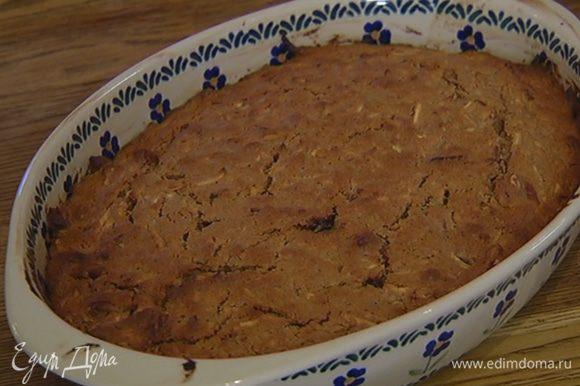 Выпекать пирог в разогретой духовке 30 минут. Готовность проверить зубочисткой — она должна остаться сухой.