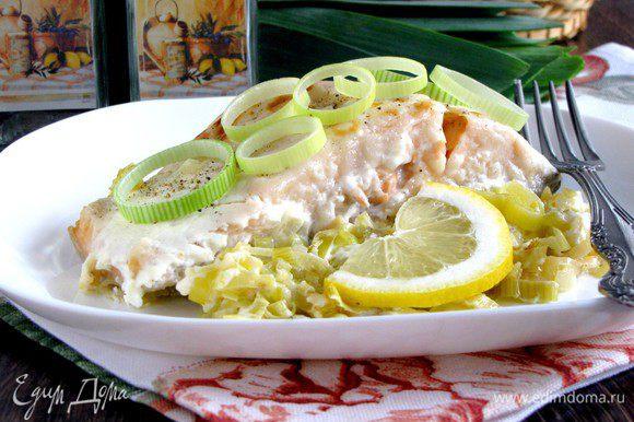 Подавать рыбу на луковой подушке. На гарнир хорошо подойдет картофельное пюре и зеленый салат.