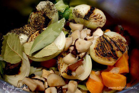 На сухой сковороде обжариваем лук в течение пары минут на стороне среза до темно-коричневого цвета. В кастрюлю опускаем овощи, лук, пряности, чеснок, порезанные грибы и томатную пасту с солью. Заливаем 2 литрами холодной воды и ставим вариться.