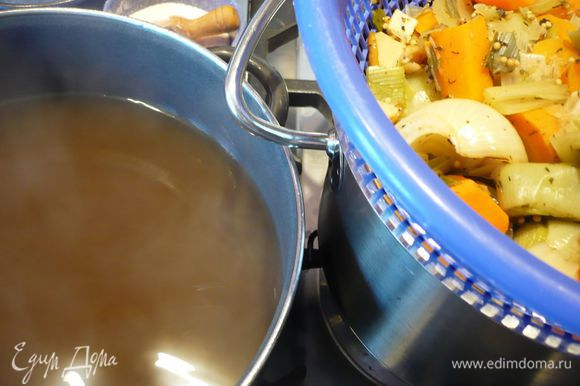 Нарезаем шампиньоны кольцами. Бульон процеживаем, ставим на огонь, выкладываем в горячий бульон шампиньоны, шпецле и доводим бульон до кипения, даем повариться 5 минут. Солим, перчим.