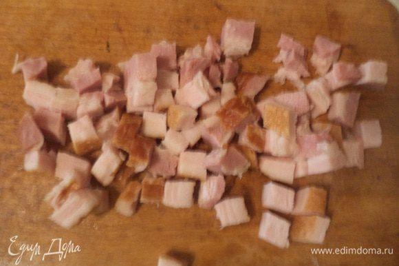 Бекон нарезать маленькими кубиками, обжарить на сухой сковордке.