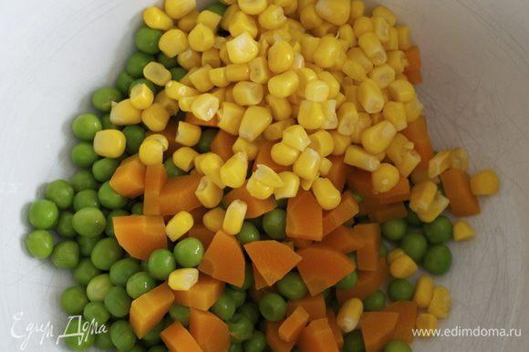 В рецепте предлагается взять замороженную смесь с горошком, морковью и кукурузой и отварить овощи (200 г). У нас такой смеси не продают. Поэтому я нарезала мелко морковь и отварила ее вместе с замороженным горошком. К готовым овощам добавила консервированный горошек.