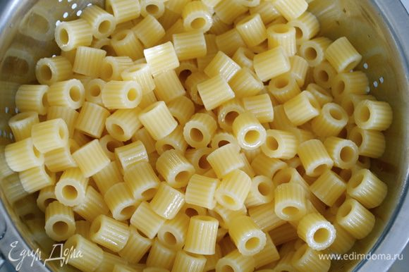 Мелкие макароны (ракушки, рожки, и т.п.) отварить в подсоленной воде, слить, промыть...
