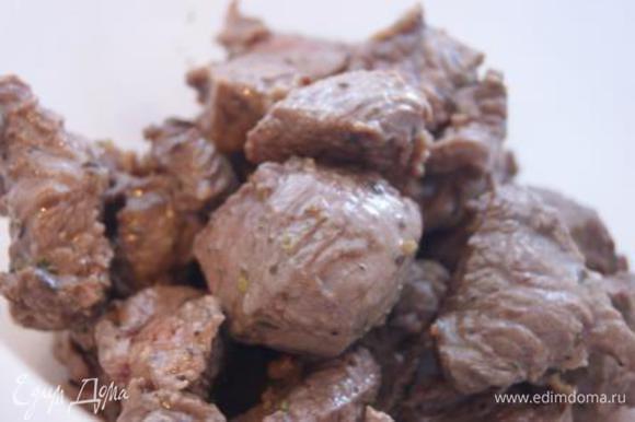 Мясо обжарить на сковороде, выложить в чашку.