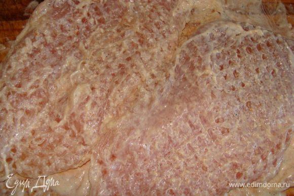 Куриную грудку разрезать пополам, не дорезая несколько миллиметров до конца в виде книжечки. Отбить, натереть солью, специями и помазать сметаной или майонезом. Оставить мариноваться около 1 часа.