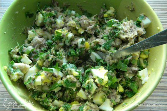 В неё кладем яйца вареные, и зелень нарезанную, солим по вкусу.