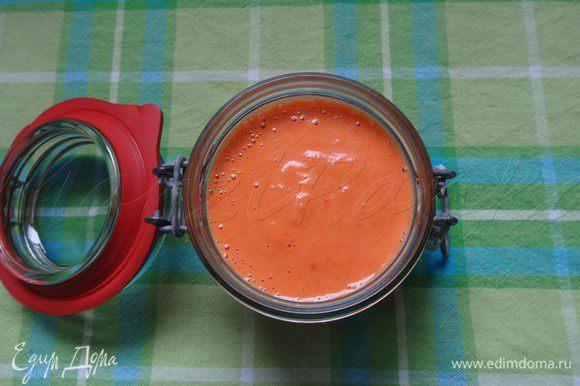 Соединить в блендере обе готовые массы до майонезной консистенции. Выложить соус в баночку.