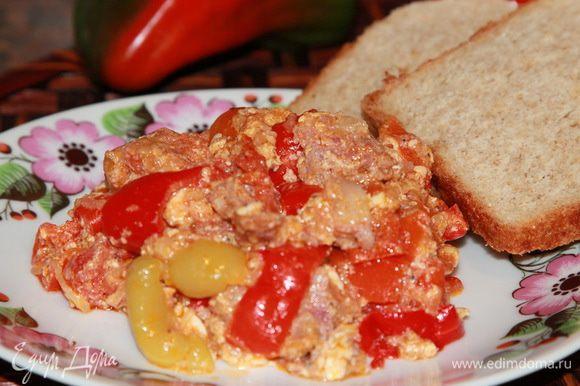 Лечо можно готовить на растительном масле. К основным ингредиентам еще добавить потертую на крупной терке морковь, а загустить сметаной вместо яиц. Можно готовить с фаршем, в общем - с чем угодно! Но это вкусно невероятно. Всем приятного аппетита!