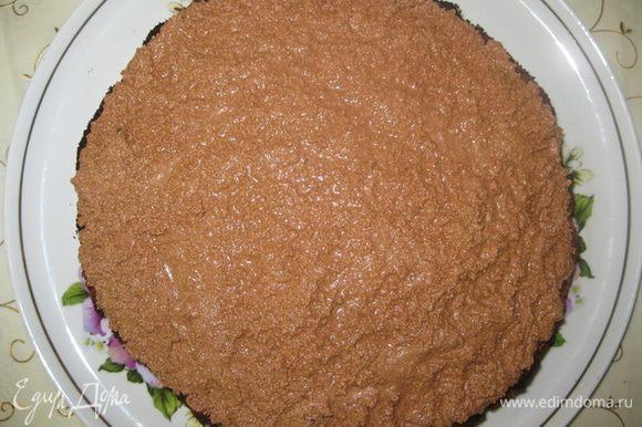Выложить шоколадный крем наверх, разровнять. Снять съемную форму и поставить в холодильник на 2 часа. Перед подачей украсить шоколадными буквами или карамельными нитями. Приятного аппетита!