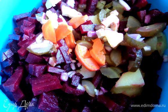Собираем овощи для винегрета вместе.