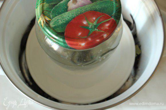 Накрыть рыбу тарелкой и поставить под гнет. Я использовала банку с водой. Оставить кастрюлю на окне на ночь. Утром рыба будет готова.