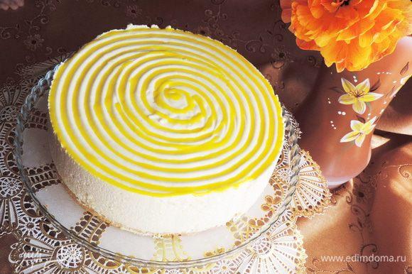 Из кондитерского мешочка нанесла полученную помадку между бороздками. Однако учтите, что помадка на суфле не застынет и останется жидкой, что может давать подтеки при нарезке торта.
