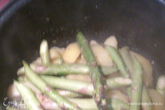 Разогреть духовку до 220 градусов. Очищенный и нарезанный дольками картофель залить холодной водой и варить 10 минут после закипания, процедить. Смешать вместе картофель, спаржу, соль, перец и одну ложку оливкового масла.
