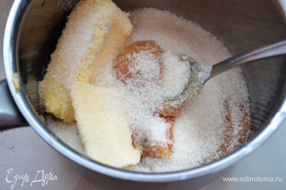 В ковше смешать сливочное масло, мед и сахар и поставить на средний огонь растапливать.