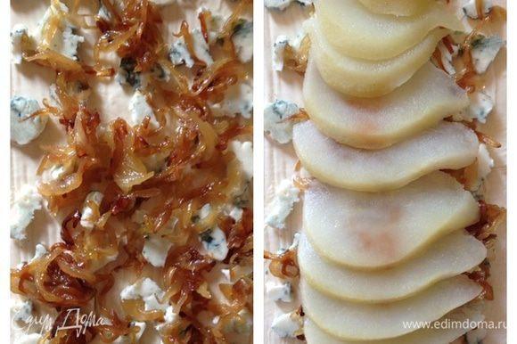 """Следующим слоем идет наш карамелизированный лук. А затем груша. По 1 половинке на каждый пирог. Грушу выкладываем веером. Затем верх пирогов промазываем растопленным сливочным маслом. И отправляем их в уже разогретую духовку на 20-25 минут. Следите сами. Когда тесто зазолотится, а сыр начнет """"бурлить"""" - готово!!!"""