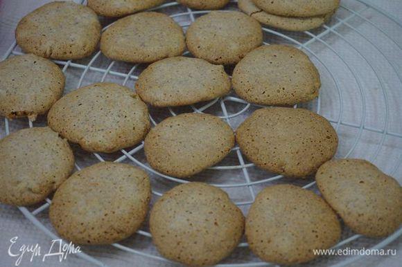 Снимаем мягкое печенье с листа, перекладываем на решетку, чтобы остыли.