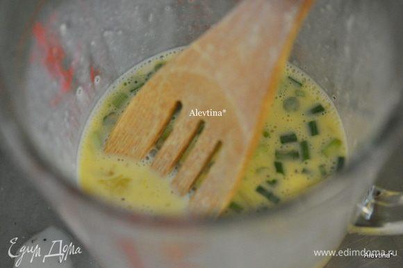 Смешать муку и молоко, затем добавить яйца, горчицу, соль и черный перец, затем порезанный зеленый лук.