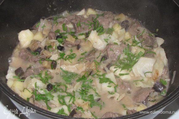 В самом конце добавить мелко нарезанную петрушку. Приправить по вкусу солью и перцем.