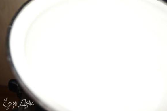 Приготовить заварной крем. Молоко довести до кипения.