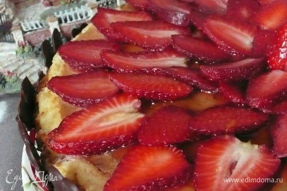 А еще если клубника не очень сладкая желе придаст ей сладости и дополнительный аромат.