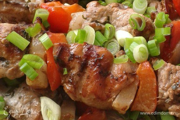 Готовую индейку посыпать зеленым луком или зеленью. Приятного аппетита!