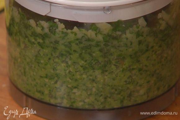 Приготовить соус песто: листья базилика, натертый пармезан и оливковое масло Extra Virgin взбить в блендере, затем добавить кедровые орехи, чеснок и взбить еще немного.