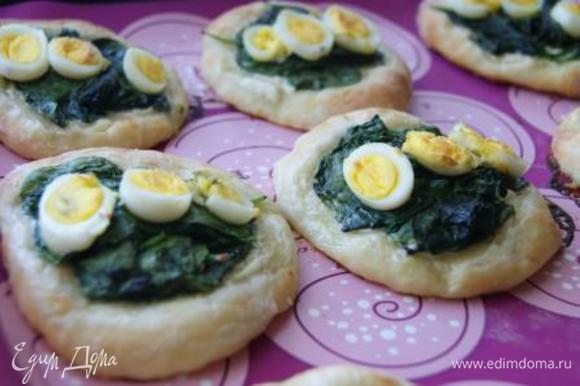 Пирожки отправить в духовку при 180 г., выпекать 15 минут.