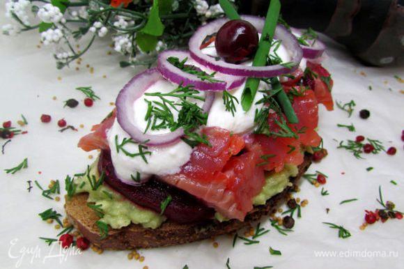 Приправьте и полейте соусом рыбку и свёклу. Разложите лук и посыпьте бутерброды укропом.