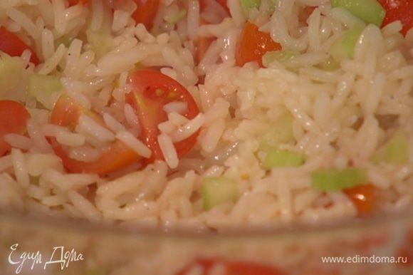 К готовому рису добавить сельдерей и помидоры, полить заправкой и перемешать.
