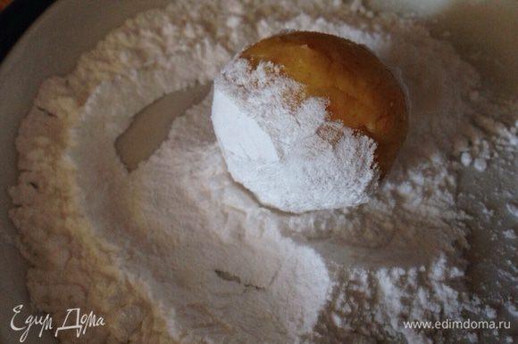 Затем, скатать из теста шарики одинакового размера и обвалять в сахарной пудре.