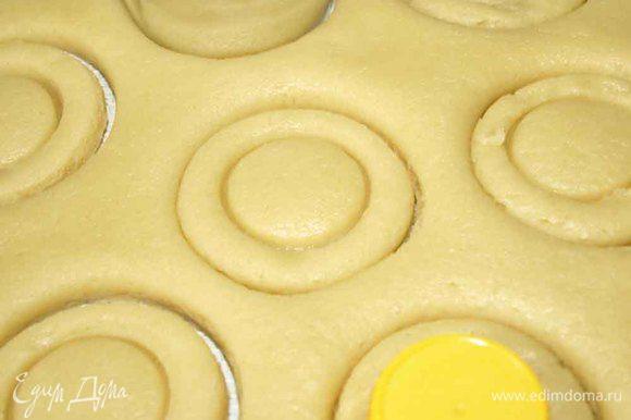 Тесто раскатать и бокалом вырезать кружки. Крышкой от растительного масла или пепси-колы и т.д) в центре делаем отпечаток круга поменьше.