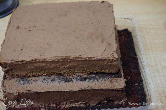 .., накрыть вторым коржом, смазать только шоколадным кремом. Кремом выровнять все бока, поставить торт в холодильник.