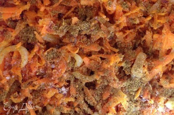 Обжаренные овощи выкладываем в кастрюлю (если есть, то конечно в казан), посыпаем солью и карри по вкусу.