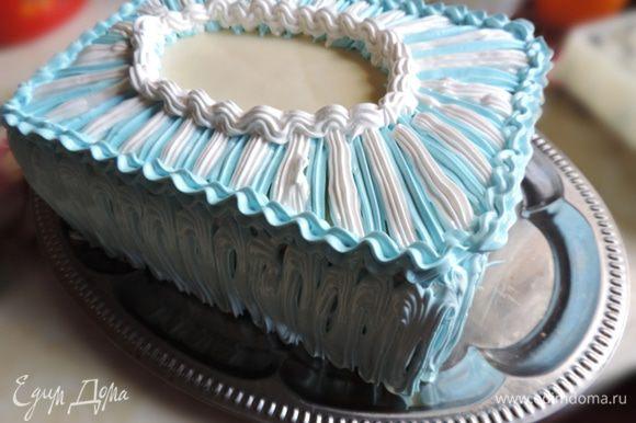 """Я оставила немного белого крема. Остальной подкрасила в голубой цвет. С помощью двух кондитерских мешков с насадками """"звездочка"""" оформила верх и бока торта."""