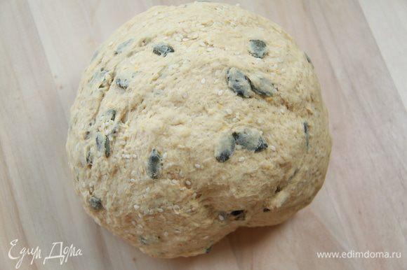 Через полчаса в тесто добавить кунжут (горсть отложить на украшение) и семена тыквы. Оставить на подъём на 1 час.