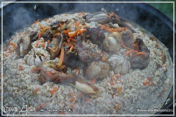 Можно, если сохранились еще ребра, сделать так. Положить их поверх рисовой горки и даже чеснок не закапывать в рис, выложить между ребрышек.