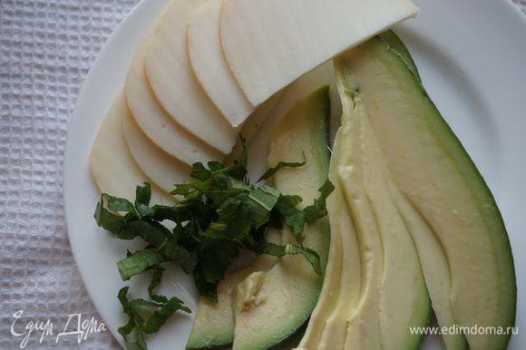 Нарезаем авокадо, сыр, мяту (последнюю добавить в соус).
