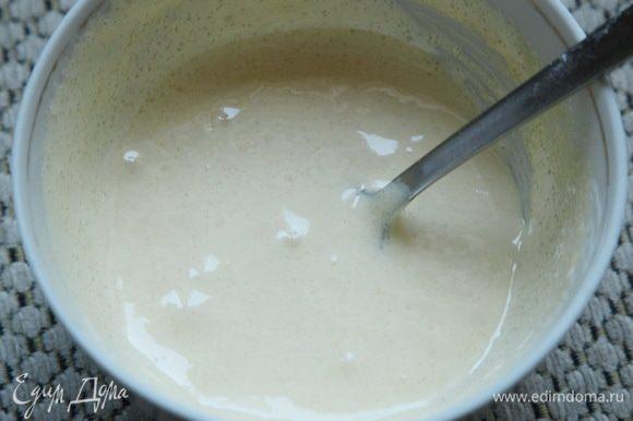 И растираем ложкой желток с сахаром добела, до получения пышной массы. Я специально засекла время: у меня на это ушло 2 минуты. Если сахара добавить 5 чайных ложек - взобьется еще быстрее.