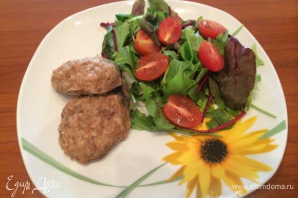 По готовности выложите котлеты на тарелку. Для придания им блеска можно смазать кисточкой поверхность котлеты растительным маслом. Подавайте с овощным салатом или любимым гарниром. Приятного аппетита!