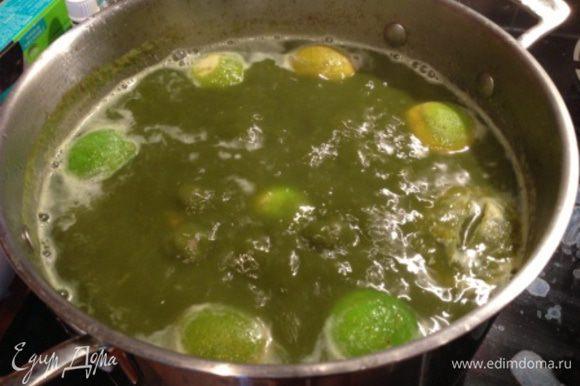 Доведите суп до кипения. Помойте лимоны, обдайте их кипятком. Сок 1,5-2 лимонов (по вкусу) добавьте в суп (половинки выжатых лимонов также положите в суп). ЕСЛИ, вместо лимонов используются лаймы, то в бульон их не опускать во избежание горечи - используется только сок). Доведите до кипения. Через 2-3 минуты огонь можно выключить, накрыть суп крышкой и дать настояться. Через 15-20 минут выловить кожуру лимона (если Вы ее добавляли), посолить по вкусу. Дать настояться еще 20-30 минут.