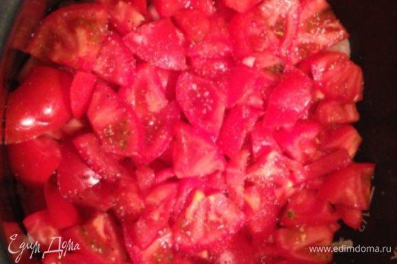 Слой 2 - помидоры (чуть посолить, добавить немного специй); слой 3 - половина порезанного болгарского перца. Я использую специи для баранины или свинины (лучше не пакетированные, а купленные на развес) с добавлением зиры, кориандра.