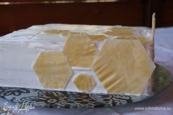 """Когда торт постоит в холодильнике, обмазываем бока и верх кремом, украшаем либо крошкой от коржей, либо орехами, либо вот так, белым шоколадом. Здесь около 80 г шоколада, растопила на водяной бане с ложечкой сливок, вылила на ровную поверхность, подморозила, по трафарету вырезала """"пчелиные соты"""", покрыла сухим кандурином."""